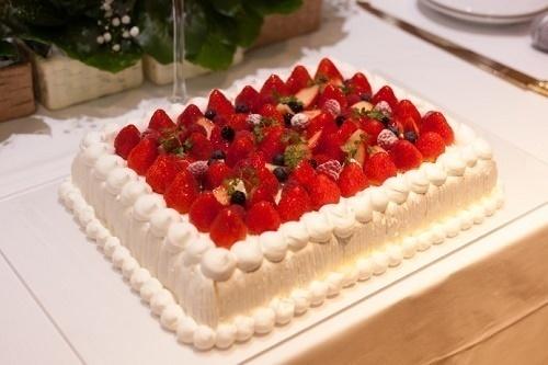王道かわいい♡いちごたっぷりのウェディングケーキがオススメな