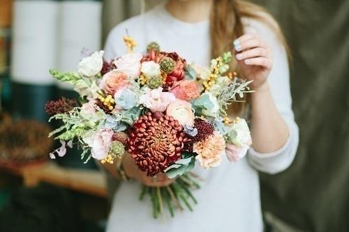 1051b856ffc19 素敵なドレスが見つかったら運命の一着を更に魅力的にさせてくれるブーケを選びたいですよね♩ ブーケの形はもちろんのこと、組み合わせるお花によって雰囲気がガラッ  ...