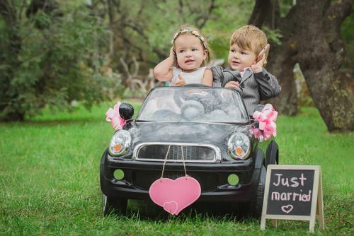 35249037a22d4 結婚式に赤ちゃんを連れて行くとき、可愛いドレスを着せたい!でも、何を着せたらいいか服装に迷うママやパパに、ドレスの選び方と着こなしや入手方法をご紹介し ます♪